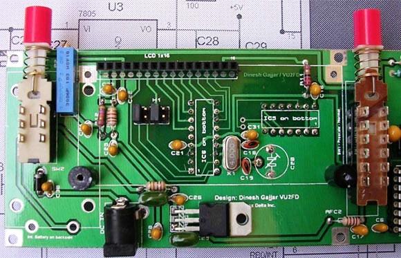 Фотография частотомера.  Вид сбоку, со стороны микроконтроллера PIC16F84A.  Две главных микросхемы, PIC16F84A и...