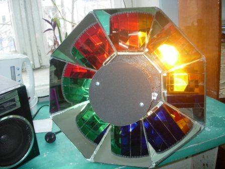 Совсем недавно были популярны схемы цветомузыкальных устройств с использованием частотных разделительных фильтров (НЧ...